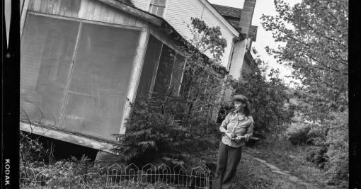 mominherfrontyard1975-photobyphoebestone